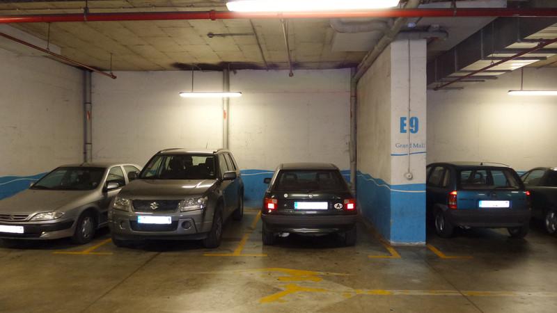 اگر برای اولین بار به یک پارکینگ شلوغ می روید حتما از اطراف و نشانه های اطراف اتومبیل خودتان تصویر بگیرید تا در مسیر برگشت نیازمند راهنمای دیگران نباشید.
