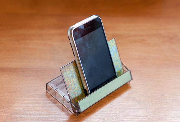 جعبه نواز های کاست قدیمی می تواند پایه ی رومیزی خوبی برای گوشی های تلفن شما باشد. اگر در کمد نوار کاستی دارید حتما امتحان کنید. اکثر کسانی که این جعبه را روی میز شما ببنند حتما با این لفظ باب صحبت را با شما باز خواهند کرد: «یادش بخیر»