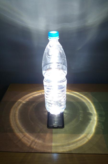flashlight در گوشی ها الان دیگر کاربردیتر هم شده اند، شما همیشه یک چراغ قوه همراه خود دارید. اگر مجبور شدید در تاریکی از نور فلاش گوشی برای روشنایی استفاده کنید. بطری های آب را کاملا پر کرده و روی فلاش بگذارید. خواهید دید که آزار نور بسیار کمتر خواهد شد و شما از یک منظره هنری و نورانی لذت خواهید برد