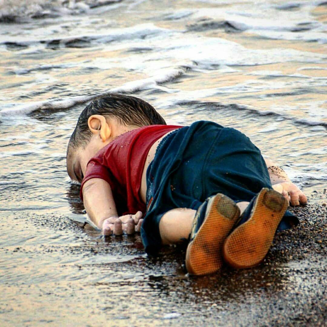 جنازه کودکی در ساحل، مرگ بی گناهی دیگر; ۱۷ اثر از هنرمندان سراسر دنیا راجع به این اتفاق