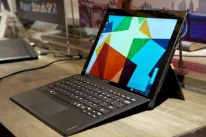 Lenovo's Miix 700 بدون شک تشابه غیر قابل انکاری با تبلت مایکروسافت دارد
