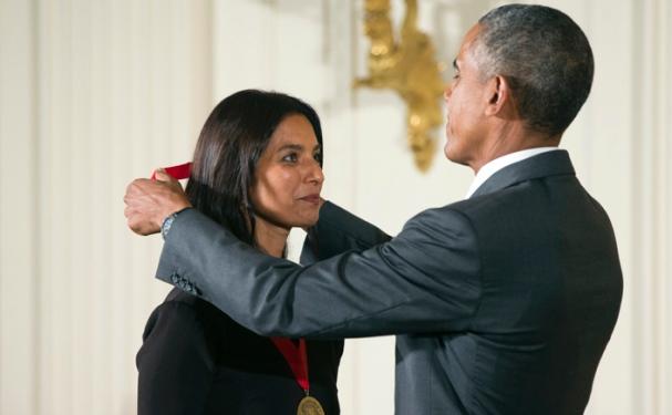 باراک اوباما رییسجمهور آمریکا طی مراسمی رسمی مدال ملی «انساندوستی» ۲۰۱۴ را به گردن جومپا لاهیری داستاننویس مطرح هندی - آمریکایی آویخت.