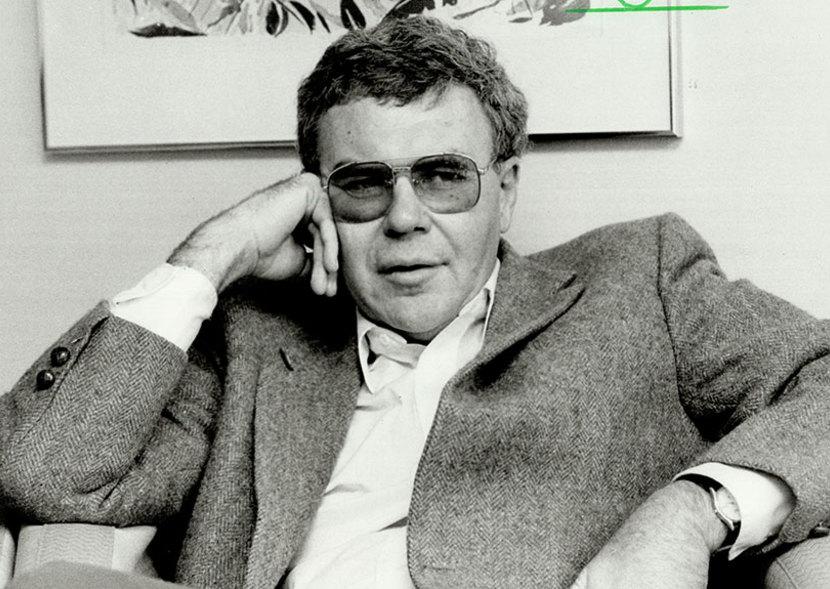 """ریموند کارور اولین داستان خود را به نام """"فصلهای سخت"""" در سال ۱۹۶۰ منتشر کرد. پس از این اثر که نقد و تحلیلهای زیادی را در برداشت این نویسنده چندین مجموعه داستان دیگر را درطول حدود ۳۰ سال منتشر کرد. در تمام این مدت شاهد داستان هایی به اصطلاح """"مینیمال"""" از این نویسنده بوده ایم. او هیچ گاه سبک نوشتن خود را تغییر نداد و همواره بر ایجاز و کم گویی در داستان مصمم بود."""