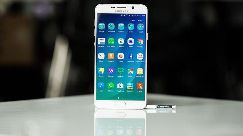 Galaxy Note 5 خیلی بهتر از قبل بود اما باید اعتراف کنیم که انتظار ها از سامسونگ در خلاقیت و ابداع امکانات جدید بالاست، این گوشی در نگاه اول کمی ضمخت است ولی از نظر طراحی و امکانات هنوز هم بعد از 4 سال قابل اعتماد به نظر می رسد