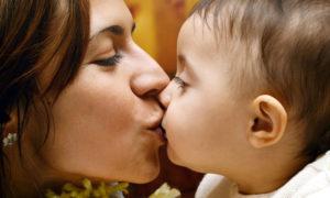 بوسیدن لب کودک ممنوع