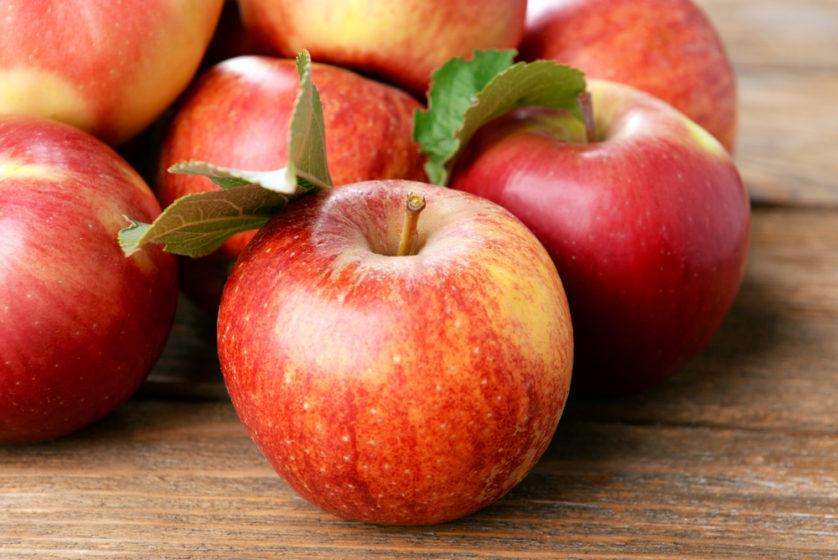 سیب یک منبع بسیار مهم و بزرگ فیبر است میتواند قند خون را جذب کند