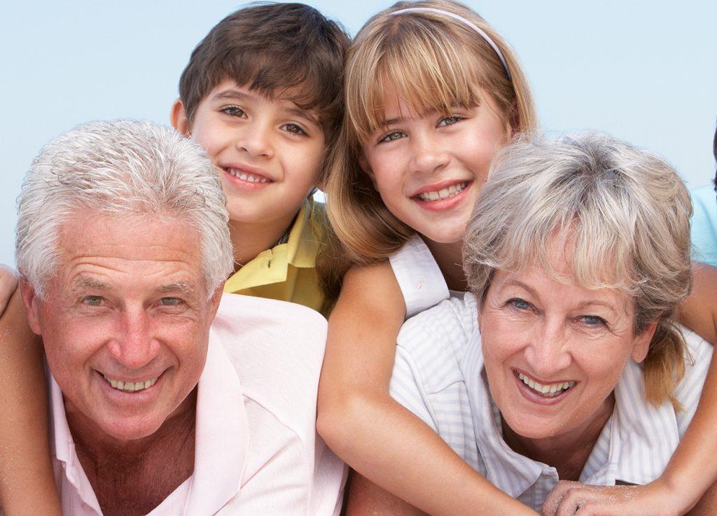 تا پدر و مادرتان زنده هستند با آنها وقت بگذرانید و قدرشان را بدانید