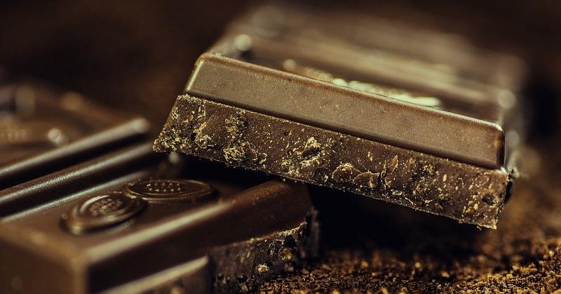 با خوردن شکلات تلخ قبل از خوابیدن ضربان قلب بالا رفته و خوابیدن را سخت میکند