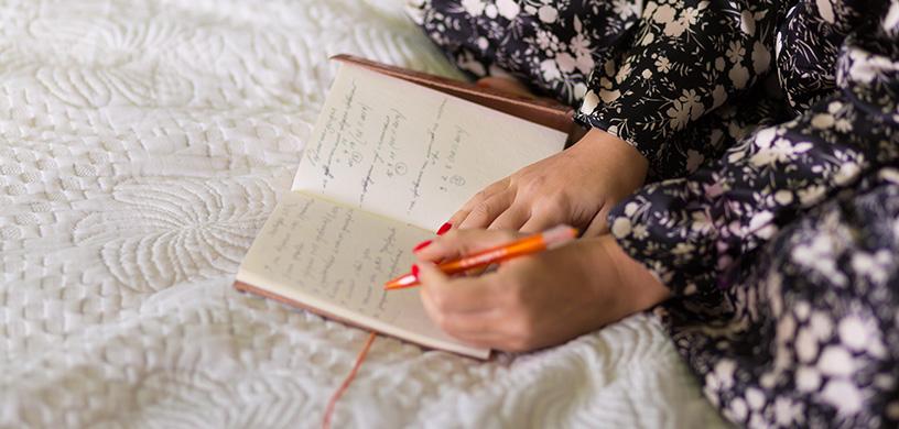 برای داشتن یک خواب خوب از ناراحتیها و شادیهای خود هر شب یادداشت برداری کنید تا با ذهنی آرام به رختخواب بروید