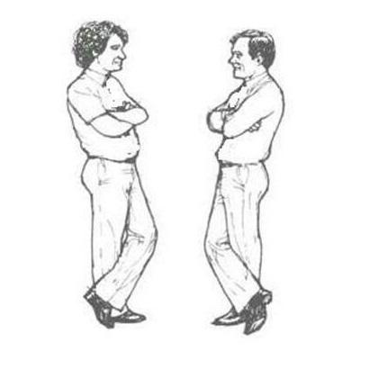 صحبت کردن با دستانی که به روی سینه قلاب شده اند، نشانگر نگرش بسته شما میتواند باشد.