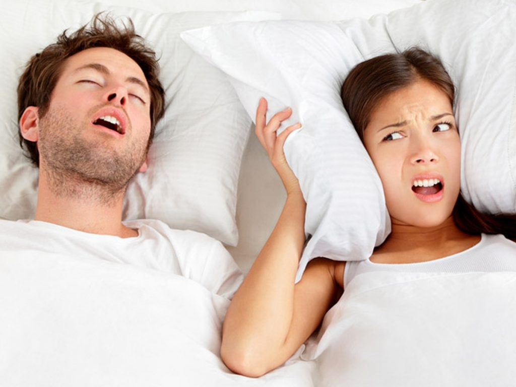 زمانی که شما به پشت میخوابید زبانتان به سمت انتهای گلو میافتد و راه هوایی برای تنفس تنگ میشود