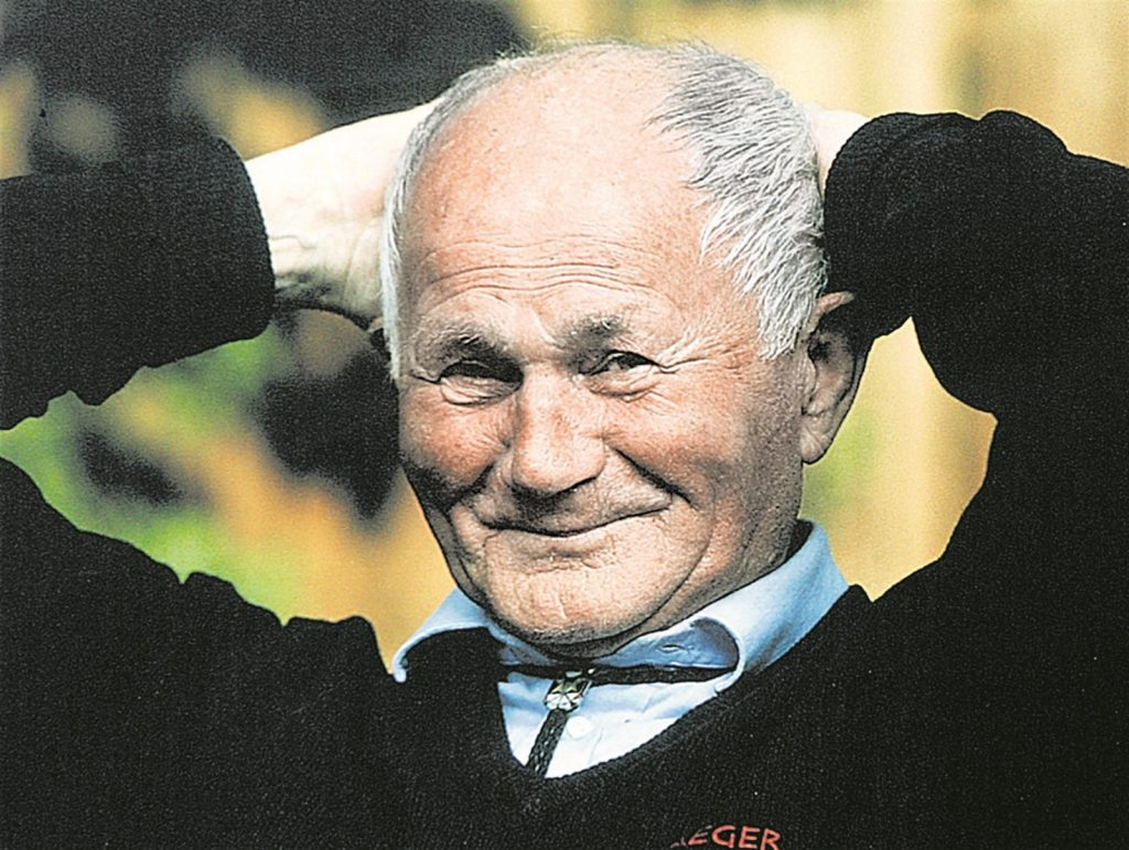 بهومیل هرابال نویسنده کتاب Too Loud a Solitude در اواخر عمر به دلیل بیماری در بیمارستانی در پراگ بستری بود، روزی در فوریه ۱۹۹۷ تخت خود را به بهانهی دانه دادن به کبوترها ترک کرد و لحظاتی بعد متوجهی افتادن او از طبقه پنجم ساختمان شدند. او ۸۲ سال داشت.