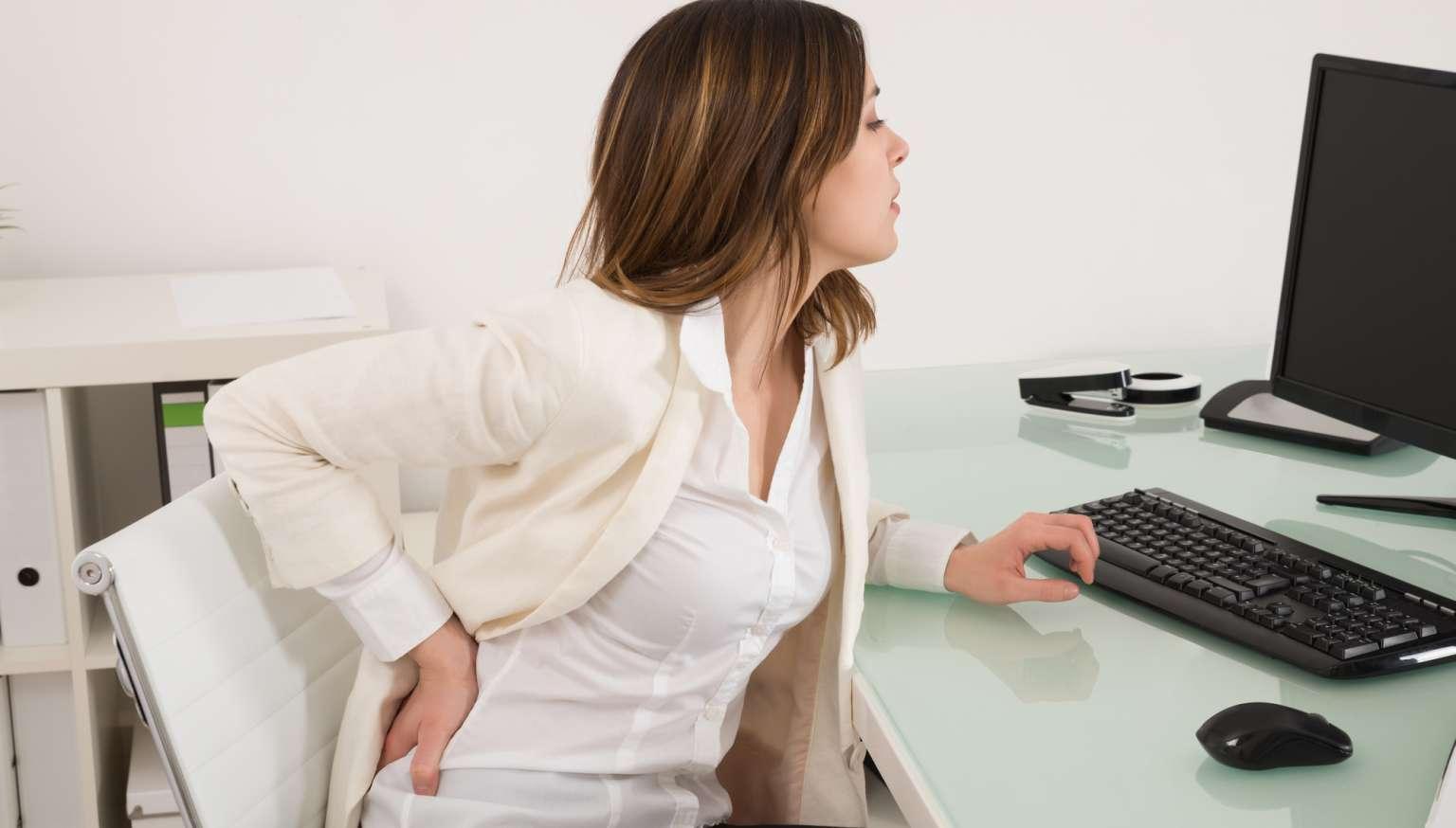 نشستنهای طولانی مدت میتواند باعث درد کمر و افزایش آسیب به کمر شود