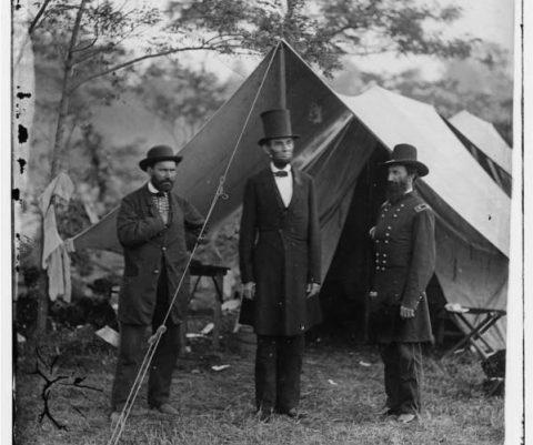 لینکلن در کنار آلان پینکرتون (سمت چپ)، مامور سازمان اطلاعات نظامی ایستاده است؛ شخصی که نقشی کلیدی را در ایجاد سرویس سری ایفا کرده است؛ و سرلشکر جان مک کلرناند نیز در سمت راست وی ایستاده است.