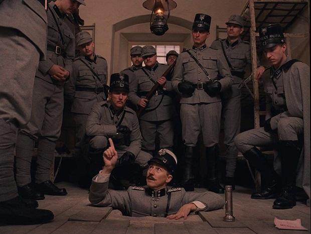 فیلمThe Grand Budapest Hotel داستانی جدی را روایت میکند که طنزی حساب شده در دل خود جای داده که نه به سمت ابتذال میرود و نه لودگی را چاشنی کارش میکند.