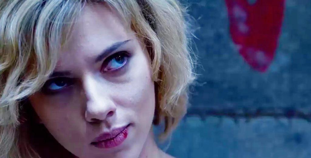 فیلم Lucy صراحتا اعلام میکند اگر دنبال درک من هستید به سراغ چیدمان علت و معلول نباشید و این سوال هیجان انگیز را مطرح میکند؛ به راستی چه اتفاقی میافتاد اگر میتوانستیم به توانایی کنترلِ ۱۰۰% از مغزمان برسیم؟