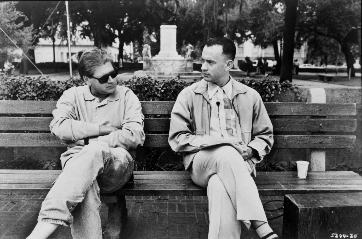 Tom Hanks و Robert Zemeckis روی نیمکتی خاطره انگیز از فیلم Forrest Gump