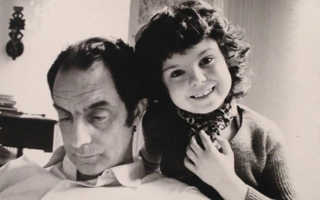 ایتالو کالوینو سبکهای فراوانی را امتحان میکرد و تقریبا در تمام ژانرها قلم میزد. کالوینو نویسندهای است که جایی چنان روشن همه چیز را به طنز میگیرد و جایی جهانی خلق میکند سراسر ابهام و رمز و راز و از این رو بر غنای داستان میافزاید.