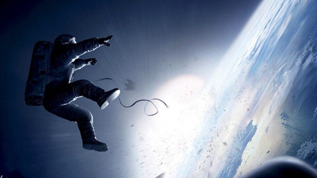 """فیلم جاذبه روایتگر مهندسی از شرکت ناسا به نام """"رایان استون"""" با نقش آفرینی ساندرا بولاک Sandra Bullock است که طی مأموریتی به ایستگاه فضایی فرستاده میشود."""