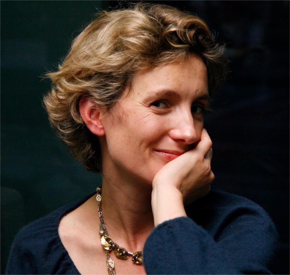 """آنا گاوالدانویسندهای نام آشنا در ایران است. و از او آثار دیگری نیز به فارسی ترجمه شده است. آثاری از جمله """" گریز دلپذیر""""، """" من او را دوست داشتم"""" ، """" بیلی"""" . این نویسندهی فرانسوی زبان در ۱۹۷۰ از پدر و مادری پاریسی در محلهی بولوین پاریس به دنیا آمد و اکنون نیز در پاریس زندگی میکند. و دربارهی نویسندگیاش میگوید:"""