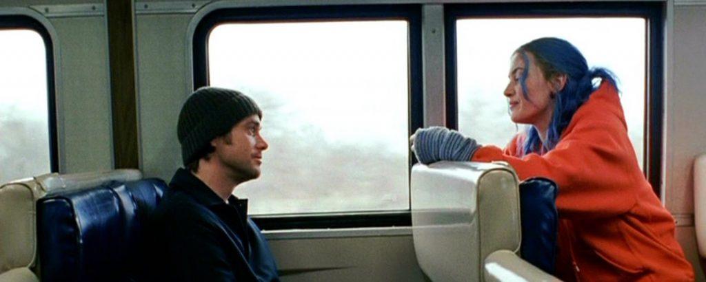 Eternal Sunshine of the Spotless Mind فیلمی است یخ زده، آتشی است زیر خاکستر، حسی است نگفته و عشقی است از درون فراموش نشده. با لبخندی همراه ما میکند، سربه سرمان میگذارد، میشِکَنَد و در نهایت با گوشه چشمی خیس به خاطرات نگاهی میاندازد.