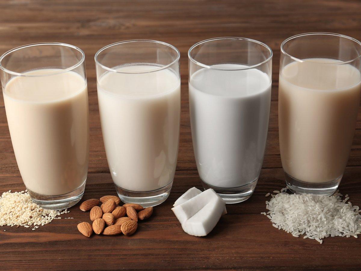 کدامیک از این شیرها پرخاصیت ترند؟ شیر بادام، شیر ، شیر سویا یا شیر نارگیل؟
