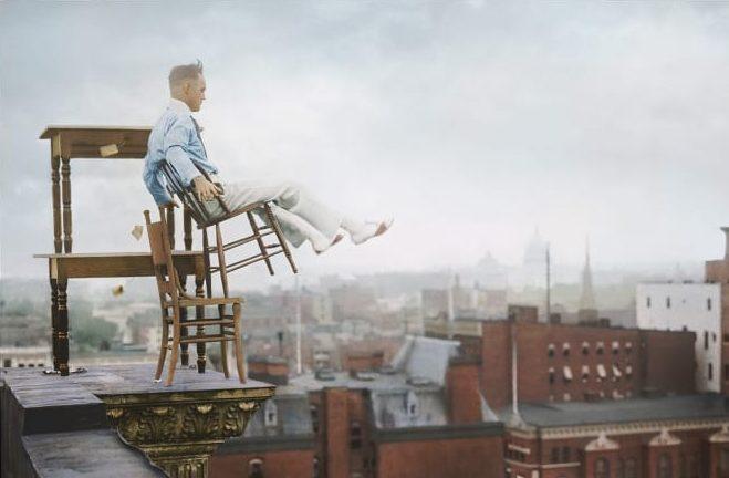 پرواز یک انسان با عمل خطرناک متعادل کردن خودش برای سرگرم کردن جمعیت