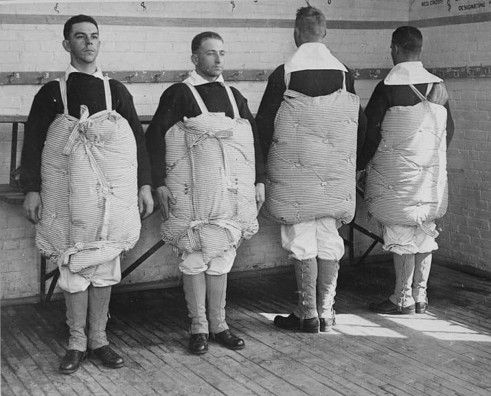 سربازان جنگ جهانی اول تشک های تخت خواب را به عنوان جلیقه نجات می پوشیدند