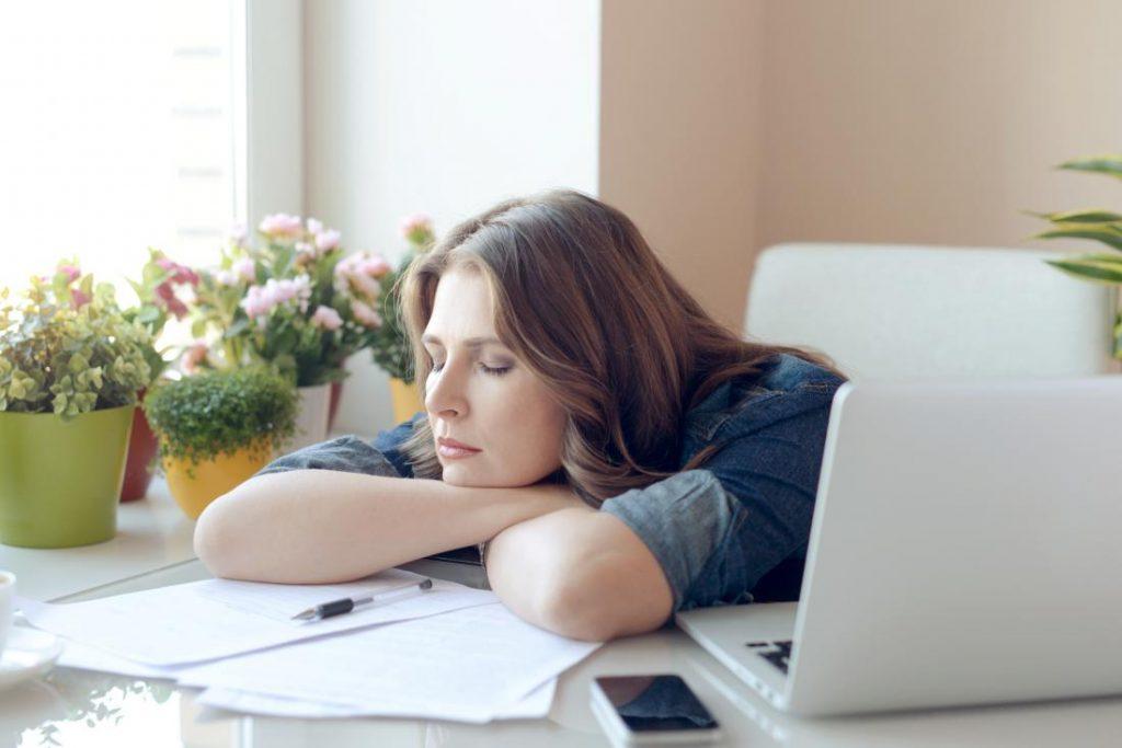 داشتن هویت بی خوابی و تلقین بی خوابی سبب ضعف در سلامت میشود