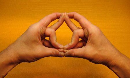 مودراهای دست ورزش یوگا برای غلبه بر درد و بیماری ها