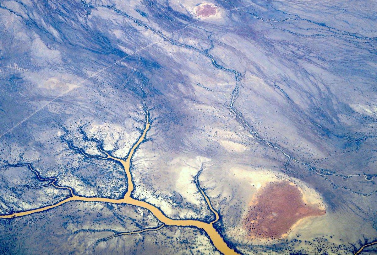 جریان رودخانه در نزدیک تپه های ماسه ای در بیرون کوئینزلند استرالیا