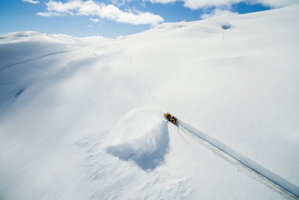 یک دستگاه در حال بازکردن جاده ای در کوه سوگنفیزل در کروزوبو، نروژ