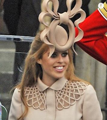 """حضور پرنسس بئاتریس یورک با کلاه """"افسونگر"""" در جشن عروسی"""