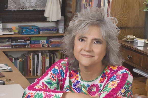 لائورا اسکیبل یا لورا اسکوئیول (به اسپانیایی: Laura Esquivel) (زادهٔ ۳۰ سپتامبر ۱۹۵۰) نویسندهٔ مکزیکی است که نقش به سزایی در ادبیات آمریکای لاتین ایفا کردهاست. او سومین فرزند از چهار فرزند خولیو سزار اسکیبل (به اسپانیایی: Julio César Esquivel) (تلگرافچی) و خوسفا والدس (به اسپانیایی: Josefa Valdés)است.