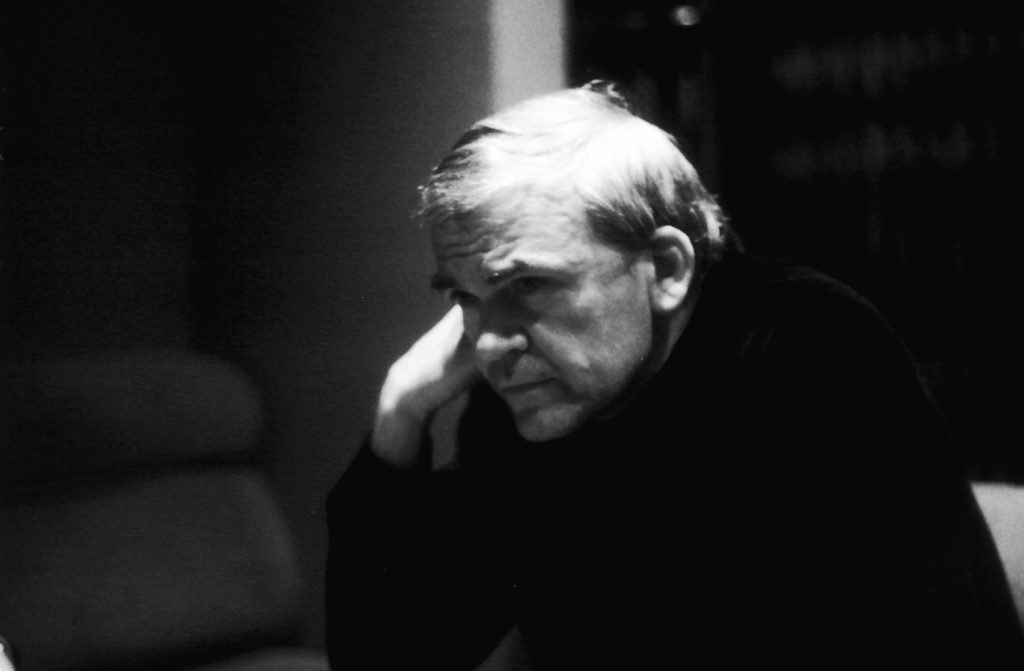 میلان کوندرا Milan Kunderaنویسندهی اهل چک است. او که متولد ۱ آوریل ۱۹۲۹ در برنو چکسلواکی است، از سال ۱۹۷۵ به فرانسه تبعید شده است. او در سال ۱۹۸۱ به تابعیت فرانسه در آمد و خود را نویسندهی فرانسوی میداند.