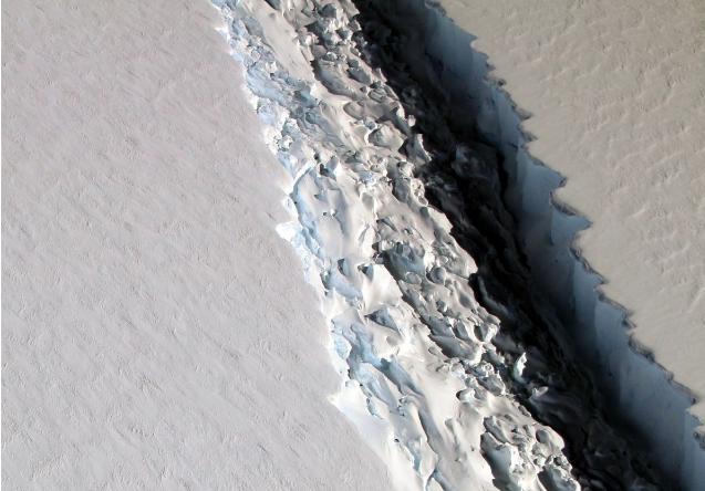 """شکافی با تقریبا 91 متر عرض و یک کیلومتر طول، در یخسار """"Larsen C"""" قطب جنوب."""