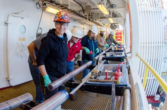 کاشفان زیلاندیا بر روی عرشه کشتی: یک هسته رسوبی حاصل از حفاری عمیق دریا توسط دانشمندان یافت شده است.