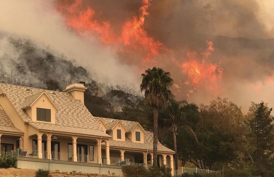 این عکس ارائه شده توسط اداره آتش نشانی شهرستان سانتا باربارا، شعله های آتش را پشت خانه Ladera Ln در نزدیکی سانتا باربارای کالیفرنیا نشان می دهد. پنجشنبه، 14 دسامبر 2017