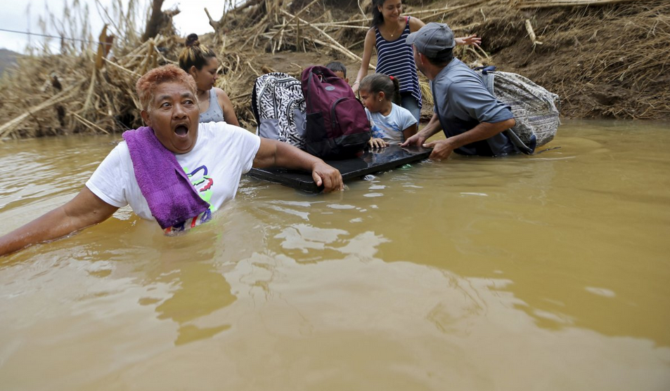 واکنش مارتا واسکز ، هنگام رفتن به درون آب، در رودخانه سن لورنزوموروویس همراه با خانواده اش پس از طوفان ماریا، در شهر مورویس، پورتوریکو، چهارشنبه 27 سپتامبر 2017