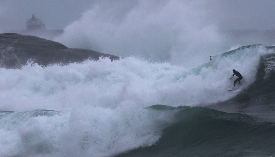 در روز 11 اوت سال 2017 در ریودوژانیرو برزیل، یک موج سوار در امتداد موج های وحشتناک زمستانی اقیانوس اطلس، ذهن ها را به خود مشغول کرد.