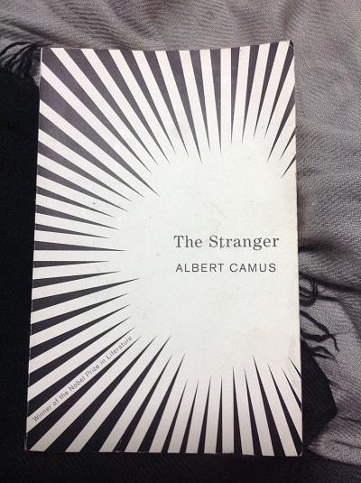 عدهای بر این اعتقاد هستند که آلبر کامو با Albert Camus رمان بیگانه مفهوم و فلسفهی پوچی را به نوعی مطرح میکند. اما وقتی مخاطب با اثری چون رمان بیگانه روبرو میشود شاید نتواند از تمام این کتاب که هر جملهاش میتواند یک فلسفه باشد، تنها مفهوم