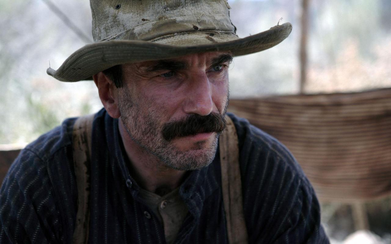 جای شگفتی است که دنیل برای فیلم There Will Be Blood دقیقا ۲۵ جایزهی جهانی را از آن خود کرد و همین جوایز متعدد بر پر رنگ بودن شگرف او در این فیلم صحه میگذارد.