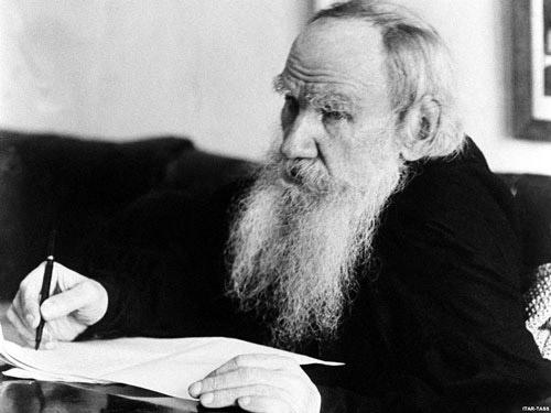 لئو تولستوی Leo Tolstoy برای روایت جریانات زندگی این دو و ارتباط آنها با سایر اشخاص، همانند بسیاری از نویسندگان کلاسیک از شیوه سوم شخص دانای کل استفاده نموده است. داستان رمان آناکارنینا با یک سفر آغاز میشود.