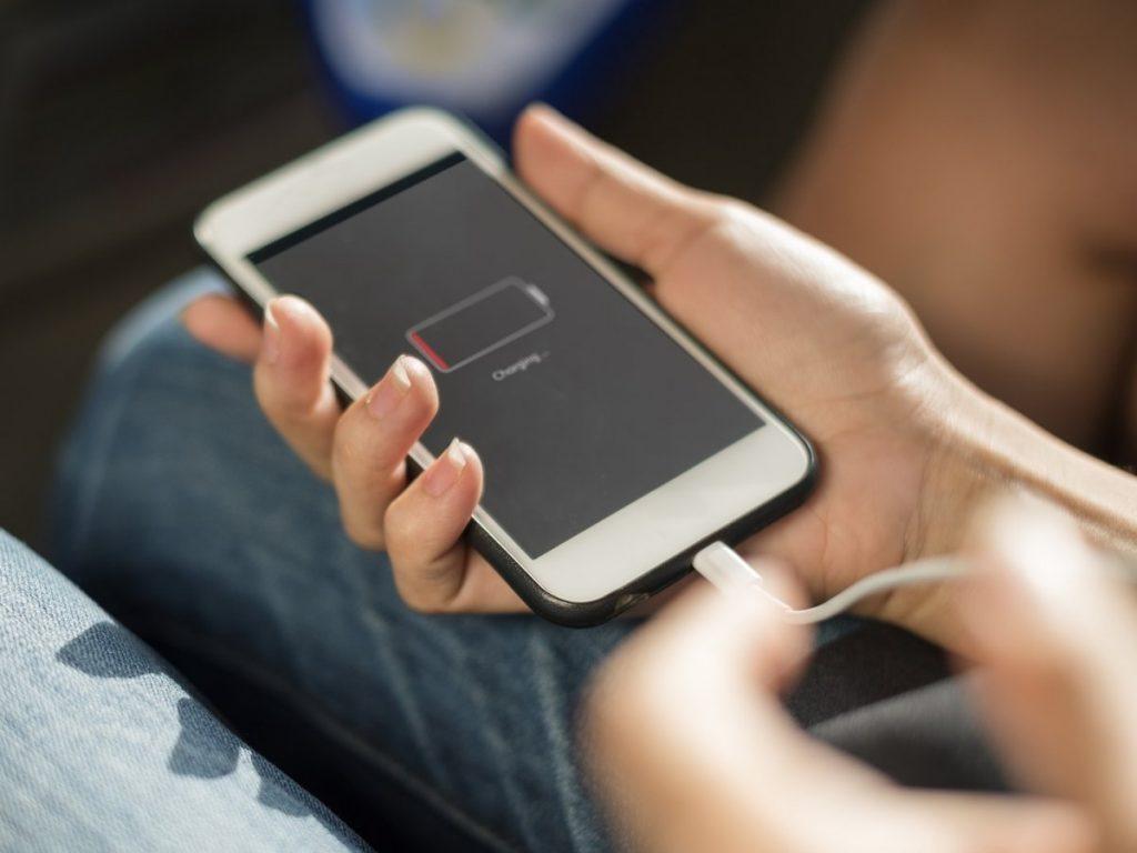 قبل از اینکه شارژ باتری گوشی کاملا تمام شود آن راشارژ کنید