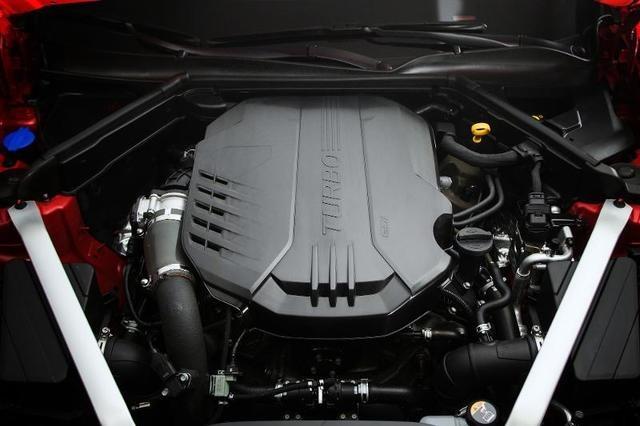 پیشرانه ۳٫۳ لیتری شش سیلندر استیگر در سطح یک موتور هشت سیلندر می تواند عملکرد بالایی از خود نشان دهد. یک رقیب برای پیشرانه شش سیلندر B58 بی ام و