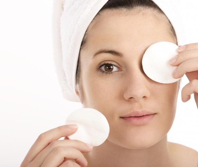ه کمک یک پنبه آغشته شده به روغن زیتون میتوانید به راحتی و بی درد سر آرایش صورت و حتی آرایش چشم را پاک کنید