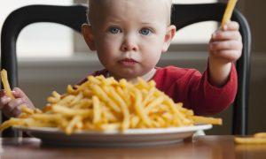 تاثیر مشاهده کارتون بر غذا خوردن کودک را بدانید!