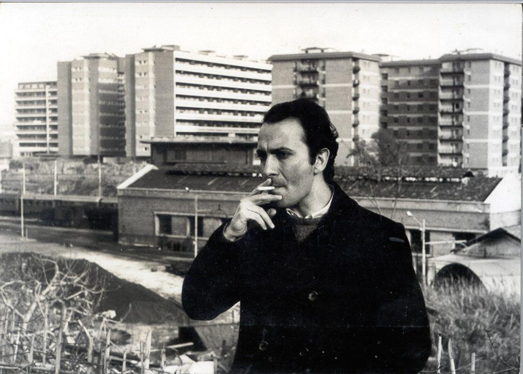 مانوئل پوییگ در یکی از شهرهای کوچک آرژانتین به دنیا آمد در رشته ی فلسفه درس خواند و سپس تحصیلات خود را در رشتهی کارگردانی سینما ادامه داد.