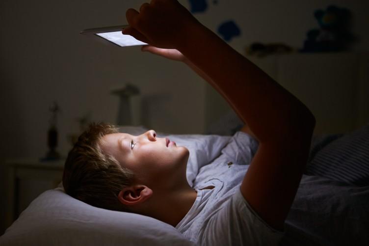 هر چند دقیقه که شما با تلفن همراه کار میکنید نور آبی صفحه نمایش میتواند بر روی مغز و خواب شما تاثیر گذار باشد