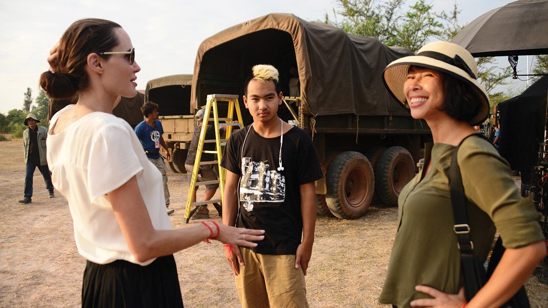 """این اثر فیلمی از کارگردانی است که هنوز در ابتدای تجربه کارگردانی است. محافظه کاری که جولی در این فیلم نشان داده است در قبال جنایات آن دوران در کامبوج بیش از حد است. محافظه کاری که پیش تر در اثر دیگری از جولی یعنی """"در سرزمین خون و عسل"""" دیده بودیم."""